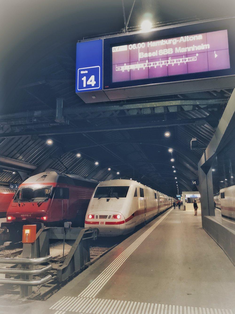 0600 Zurich Mainstation — an empty refreshing trainstation