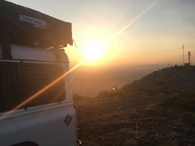 Kaliméra! #greece #greece🇬🇷 #sunset #mountaintop #overland #landrover #landroverdefender #4x4 #offroad #steep #studio #detail #postcontemporaryart #ultracontemporary #ultracontemporaryart #artnet #rooflodge #rooflodgeevolution #rooflodgeevolution2 #rooftoptent #contemporaryart #hashtagmixalot