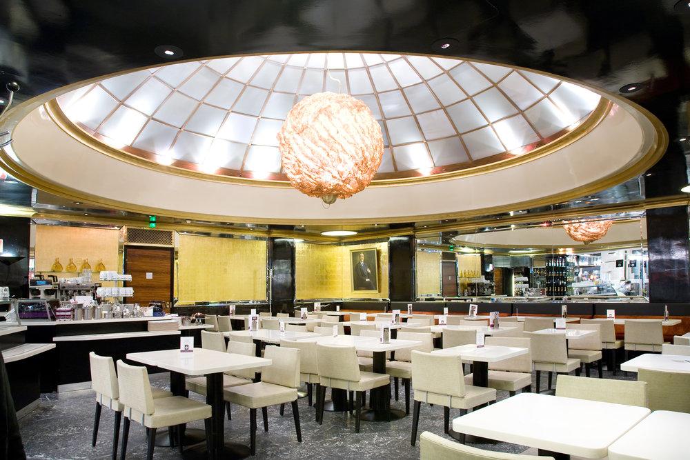 FAZER CAFÉ - Kluuvikatu 3Fazer Café Kluuvikatu 3 on modernin klassinen kahvila, jossa voit kokea makuelämyksellisen aamiaisen, lounaan tai kahvihetken. Fazer Café Kluuvikatu 3 on Helsingin sydämessä – on ollut jo vuodesta 1891. Se on enemmän kuin kahvila; se on pyörryttävän ihana herkkukauppa, josta löydät tuoretta leipää, paikan päällä tehtyjä ihania leivonnaisia sekä suklaata ja makeisia.www.fazer.fi/cafekluuvikatu3