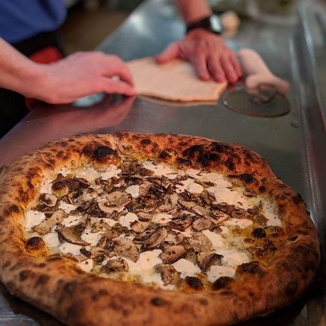 Mushroom gorgonzola #woodfiredpizza #pizza