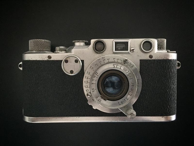 Ce vieux Leica, troqué au sortir de la guerre pour quelques kilos de café, a accompagné mon père, Guy Bricteux, durant toute sa vie. C'est lui que j'ai emmené dans ma visite à Ravensbrück; il contient les photos prises à cette occasion. La pellicule ne sera jamais développée.