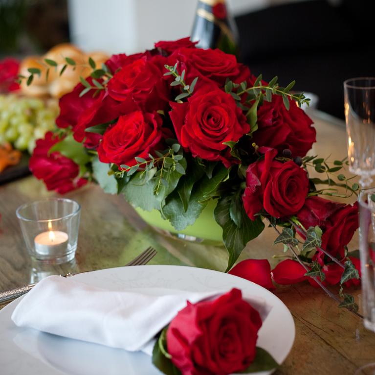 Arrangement mit roten Rosen