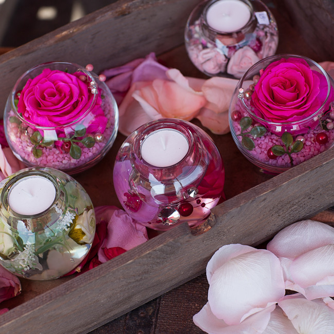 Kerzen und Longlife Rosen