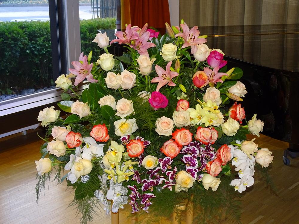 Buntes Arrangement mit Rosen, Orchideen und Lilien