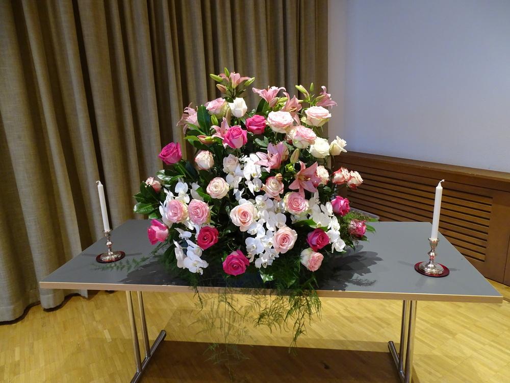 Arrangement in rosa und weiss