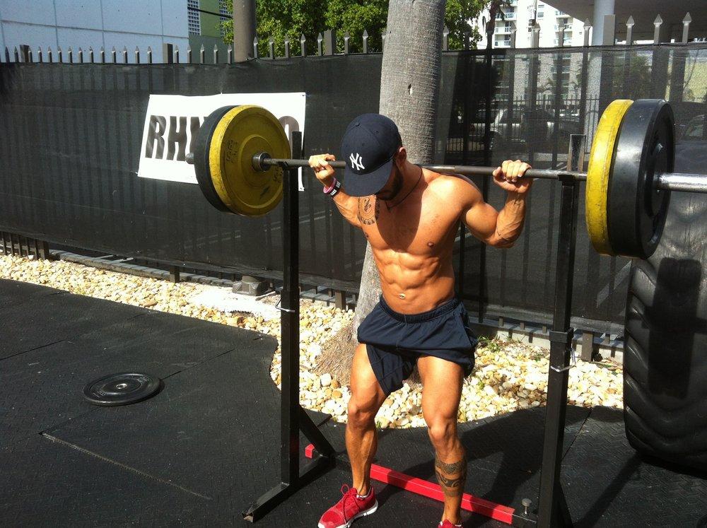 A mudança que o CrossFit fez em mim foi muito além de um novo corpo. Detalhe para as pernas que ainda eram fininhas. Nesta foto tinha parado com academia e fazia CrossFit tinha 4 meses.