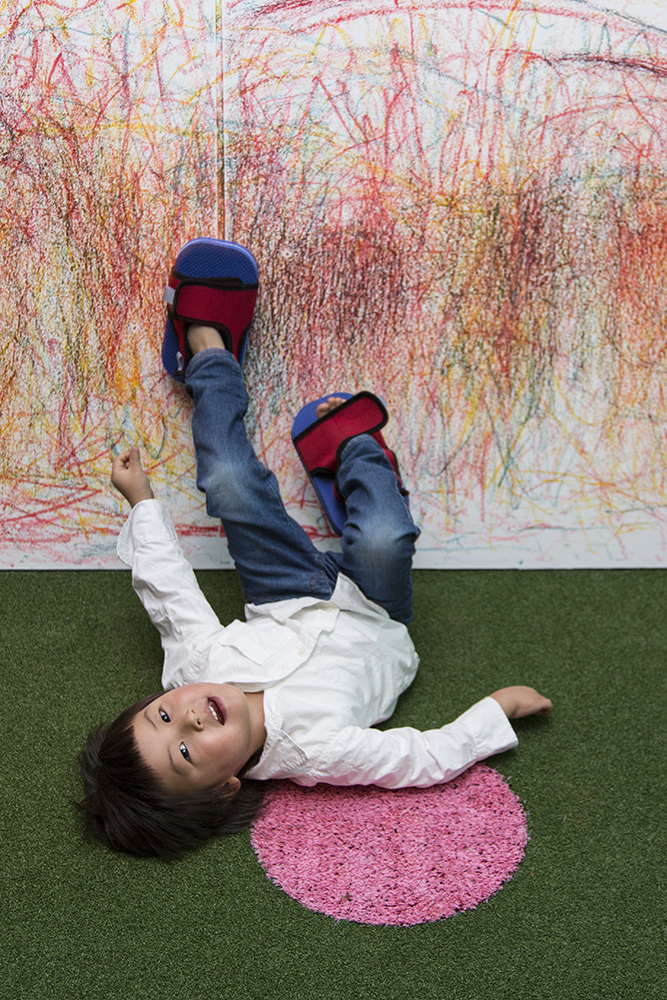 """Uta drawing on the wall withPastellodrawing shoes-Activity: """"UPSIDE DOWN"""""""