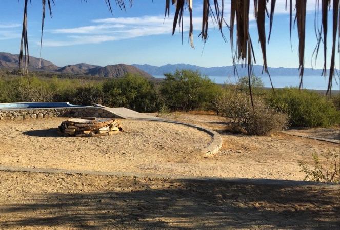Panoramica desde el mirador de Chivato, con vistas a la fogata, la piscina, la Bahía de la Ventana y la Isla Cerralvo.