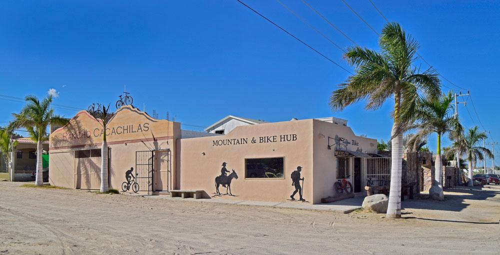 La fotografía de arriba es de Rancho Cacachilas Mountain & Bike Hub en El Sargento, donde los visitantes son cordialmente bienvenidos. V  ea el video sobre nuestra pista de  PUMP TRACK que se encuentra justo al lado de esta tienda.