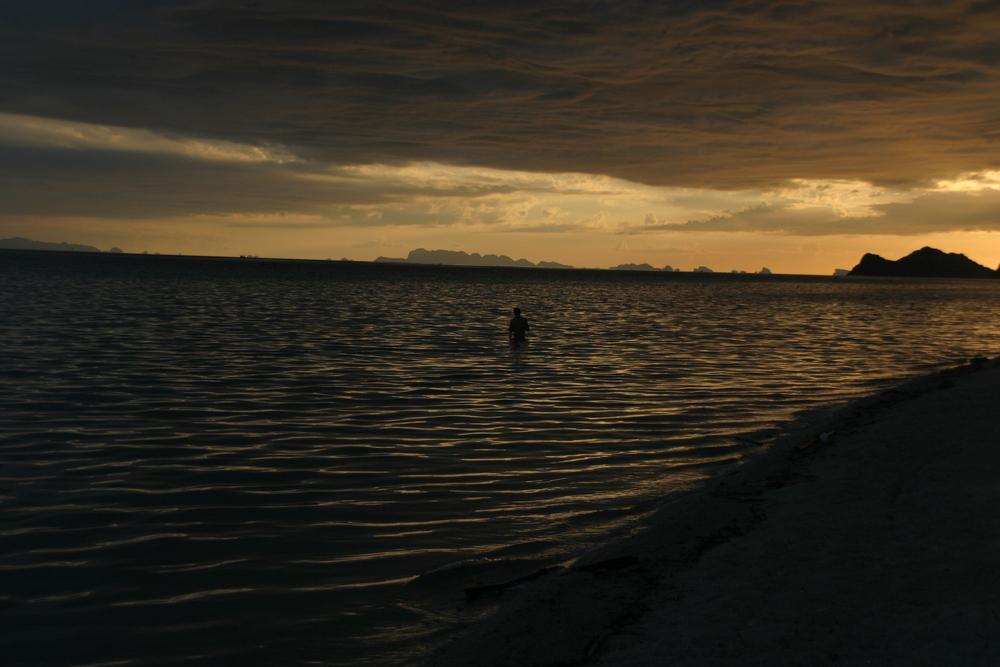 O pôr do sol em Ko Phan-Nga, Tailândia