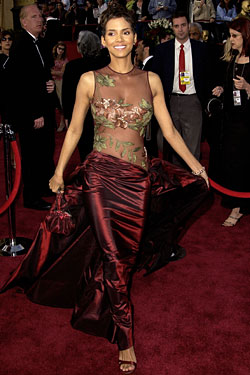 Halle Berry carrying Larisa Barrera handbag when she won her Academy Award in 2002
