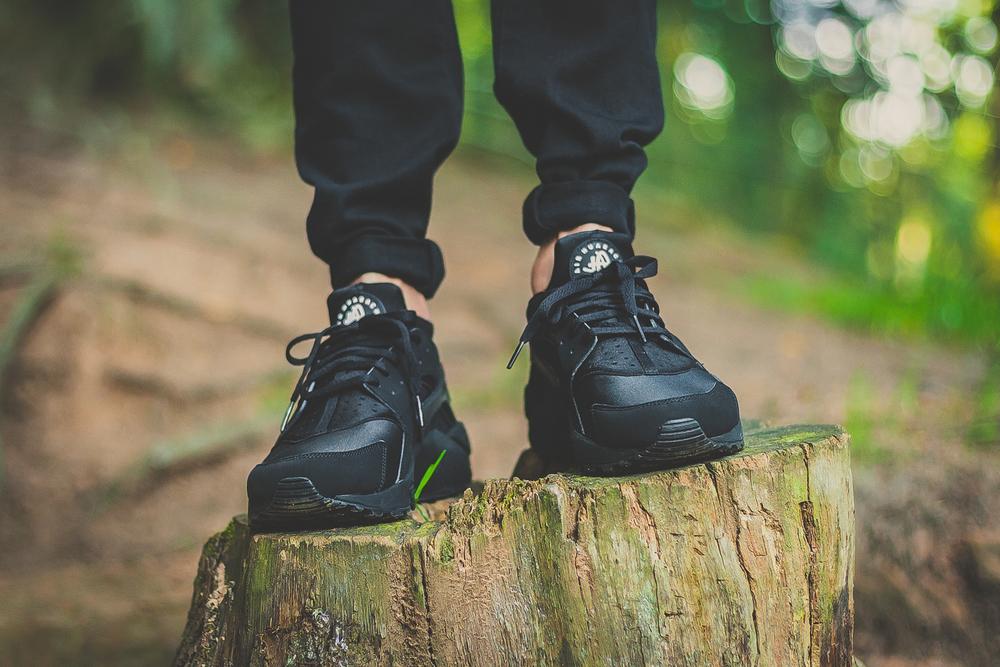 Nike-Air-Huarache-Triple-Black-02.jpg