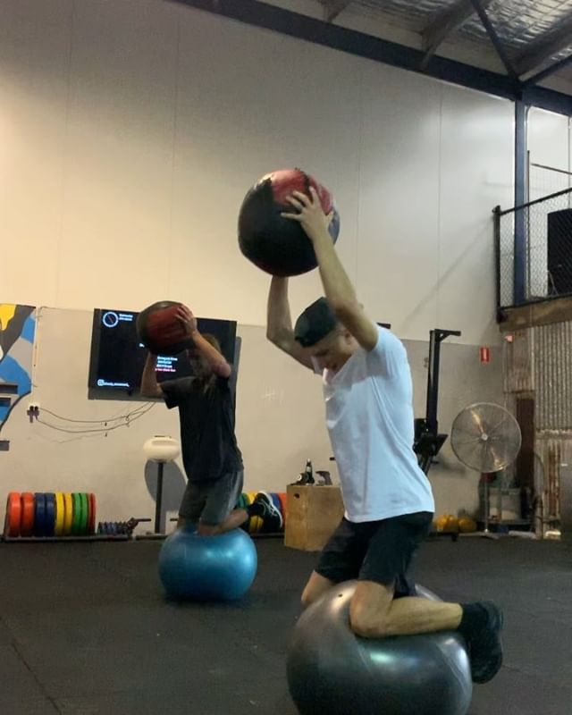 Few little drills from this morning with the boys 🤘🏽🌊 A lot of core/balance and strength work! If you haven't tried those fit ball slam's it's killer.  Same with the DB rows on the fit ball. Get it! 🔥 @_blakewilton_  @finn_hill  @joelshelton  #bodymovement #surf #training #core #strength #fitness #workout #power