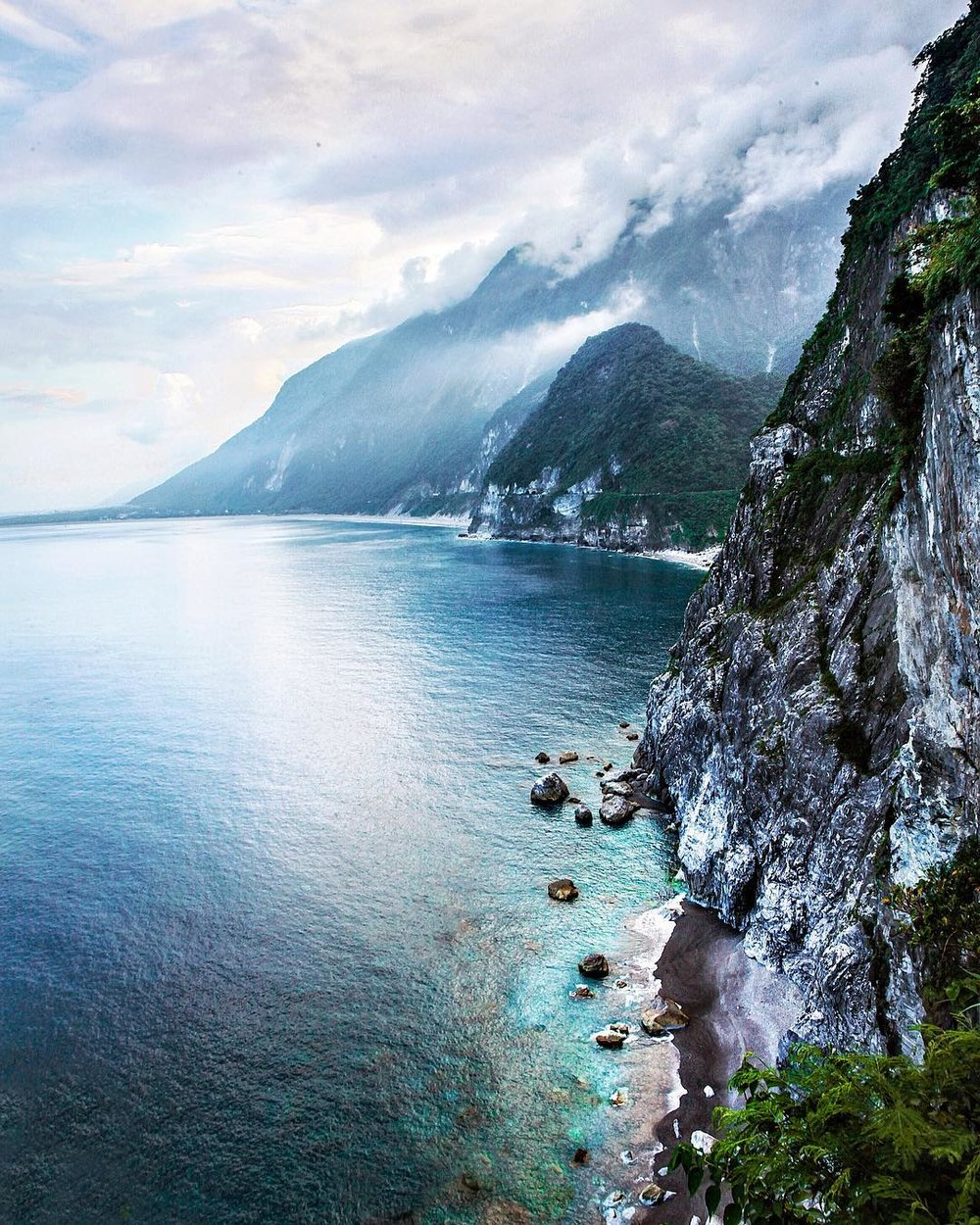 Hualien - One of my favorite coastal cities in Taiwan is Hualien, about 3 hours south of Taipei, on the east coast of the country. Surrounded by the sea on one side and the mountains on the other, every time I come, I manage to discover another ridiculous view like this.