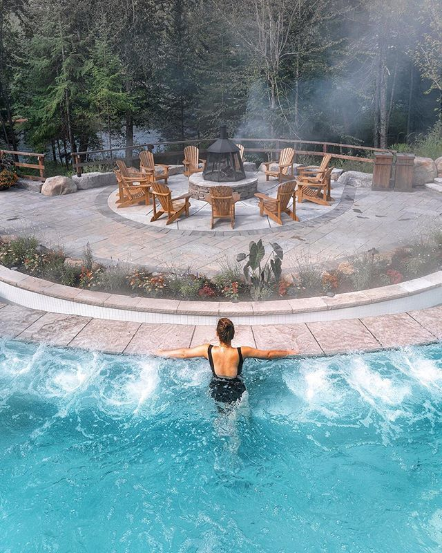 Spa days are the best days 💆🏻‍♀️ Have you ever done hydrotherapy? It's an ancient practice that's supposed to be good for detoxification and relaxation. The best part is the hot-cold-relax cycle (aka get real 🔥 then jump into an ice bath ❄️). . At @scandinavetremblant, I went through the cycle a few times and tried out every hot and cool bath along with all their nooks for relaxing—think hammocks overlooking the river and the comfiest bean bag loungers. It was so relaxing; I basically napped the entire day 😴@monttremblant #tremblant