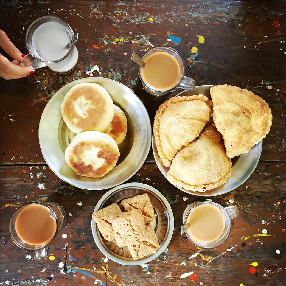 Nyaung Shwe town, Myanmar – Street food & lapaeyae (Myanmar milk tea).