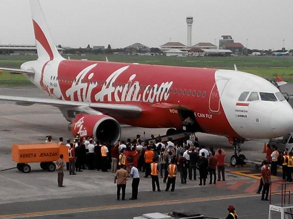 A coffin being carried out of another flight QZ8501, to be sent to Palembang
