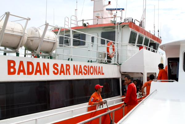 Malaysia Navy Chief confirms that a body has been recovered by a search team on KD Pahang. Meanwhile, two Russian planes with 72 rescue personnel and sonars, diving equipment and drones have reportedly arrived in Indonesia to join the search. The SAR 224 boat dispatched by the Indonesian National Search and Rescue Agency  has returned to Kamai Port in Pangkalan Bun without finding any bodies