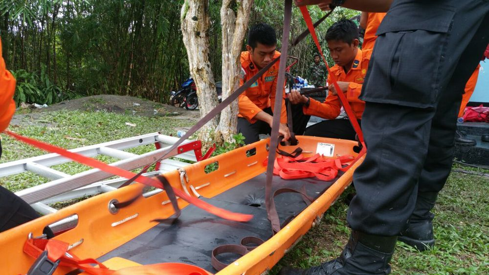 An evacuation team in Pangkalan Bun getting ready to pick up the eighth body retrieved from flight QZ8501