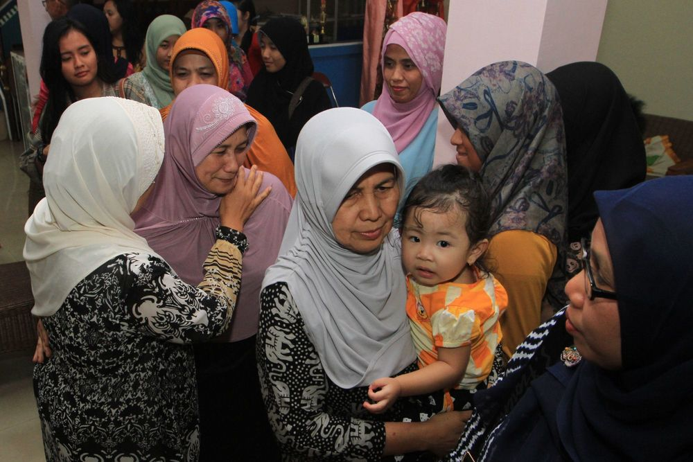 The family and friends of flight attendant Khairunnisa gather to pray for her return, reports Merdeka.com