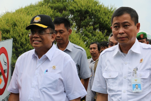 Government officials, including Transport Minister Ignasius Jonan and Coordinating Minister for Maritime Affairs Indroyono Soesilo, arrive in Pangkalan Bun. There will be a briefing soon