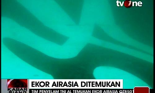 Indonesia's tvOne broadcasts images purportedly showing the tail section of QZ8501 underwater