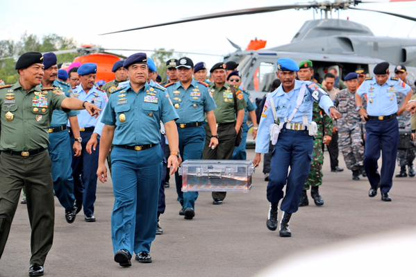 First glimpse of the plane's flight data recorder, now at Pangkalan Bun. It was brought to mainland from sea, and will be sent to Jakarta for analysis. The flight data recorder is believed to be in good enough condition to be properly read. Results could be out in two days. General Moeldoko confirms only the flight data recorder has been retrieved. The plane's voice cockpit recorder has been detected and is still underwater