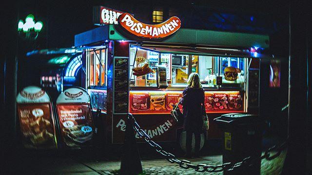 Late night snax pt. 2 ( + 💇🏼♂️? ) #stockholm #sweden #🌭