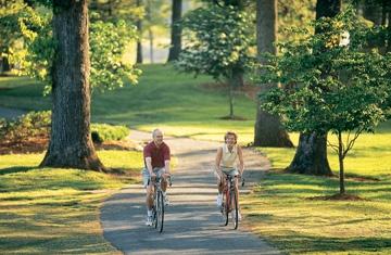 couple-on-bikes-scenic