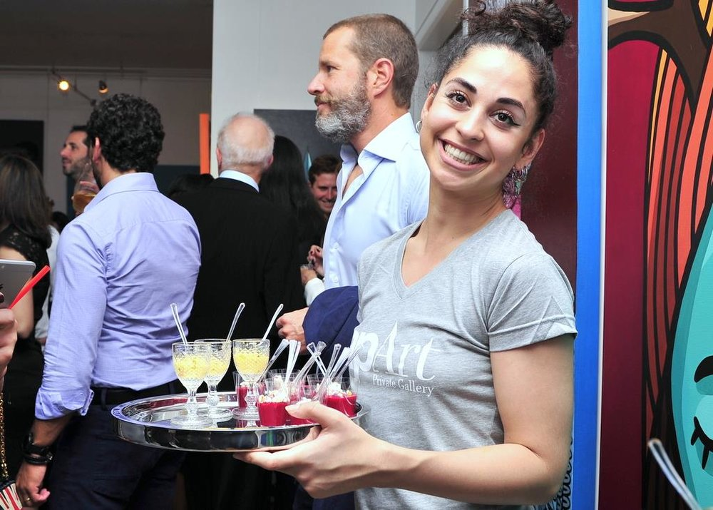 Foto garçonete servindo comida Mariana.jpg
