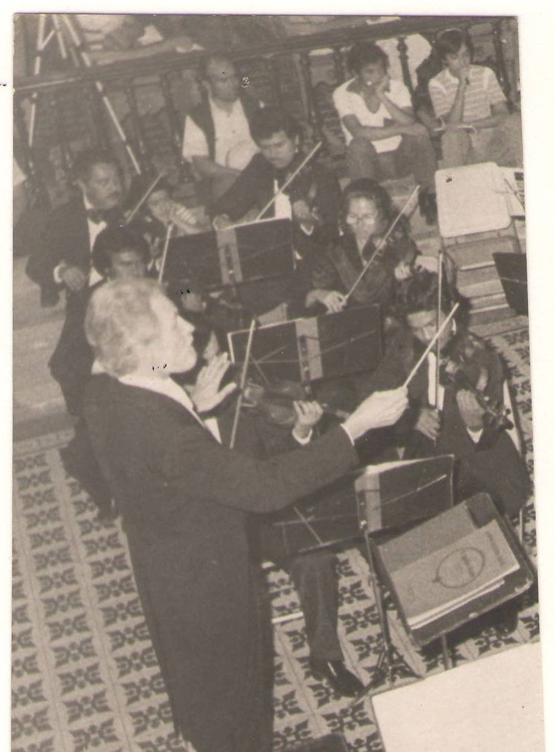 Carl Seale conducting Guanajuato Symphony in Salamanca Cathedral.
