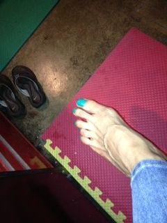 sarah cottez gets pedicure with green polish.  click here for full story.