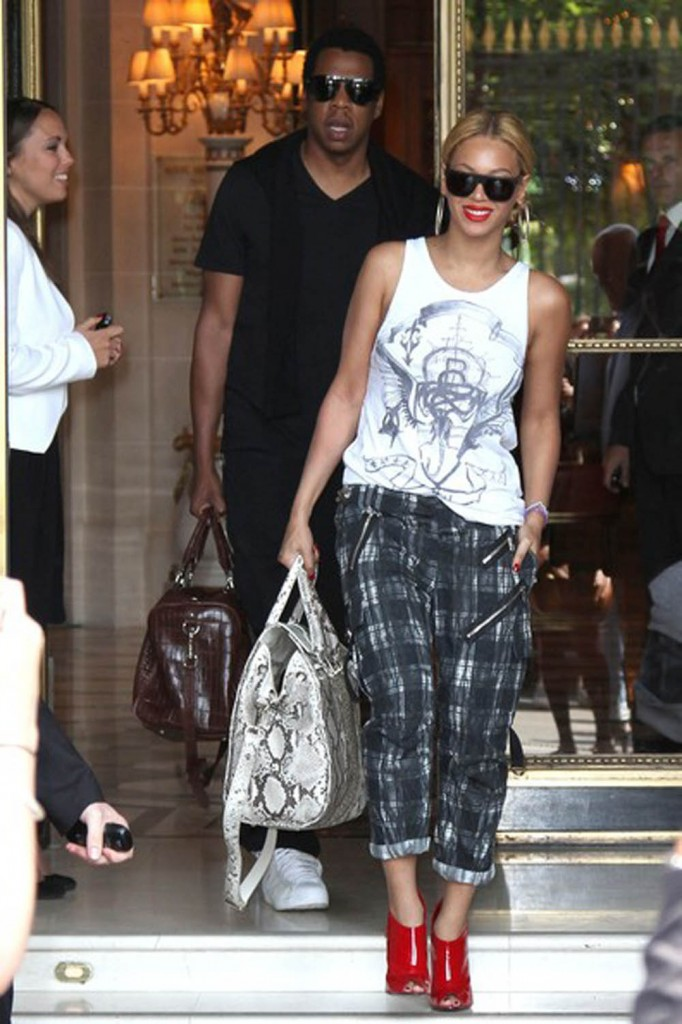 Beyonce-Knowles-with-her-Metallic-Tote-Bag-as-a-fashion-682x1024