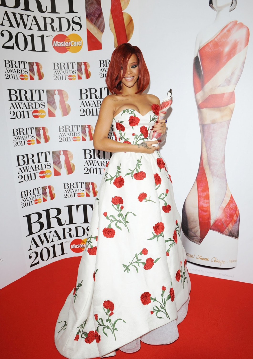 It isn't just actresses who love Oscar's dresses. Superstar Rihanna glowed at the 2011 Brit Awards in a white sweetheart neckline dress designed with popping red roses that complimented her fire red hair / Photo Source: meestervslively.blogspot.com