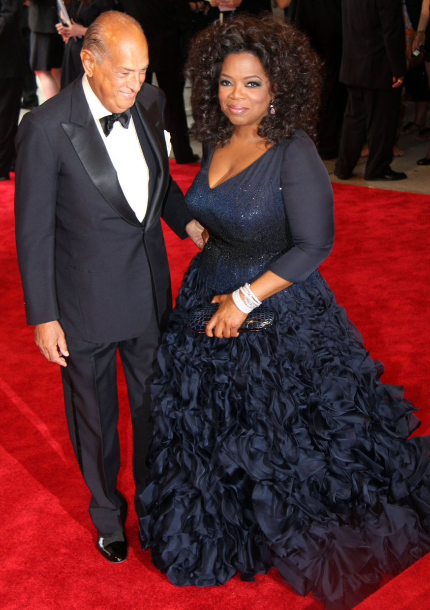 Oprah Winfrey and her plus one, Oscar himself, at 2010Met Ball looking stunning in a blue ruffled skirt dress by the designer  / Photo Source: posh24.com