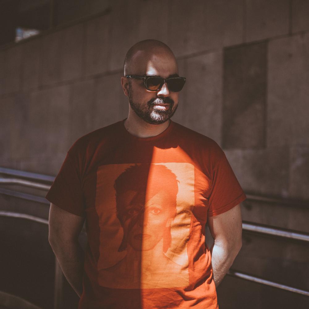 DJ MAADRAASSOO   Maadraassoo se ha consolidado dentro de la nueva escena underground nocturna de Barcelona por de ser uno de los DJ's que mejor juega con el pop y la electrónica. Actualmente es DJ residente de la sala Razzmatazz (Barcelona) y posee más de quince años de experiencia.