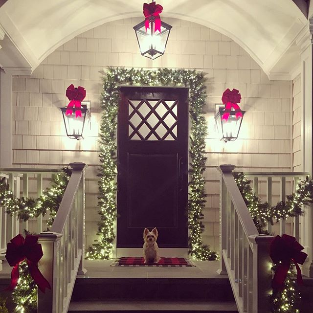 It's Christmas decorating season! ✨❤️🌲 This is from last year but I'll be doing the same thing again this year. I might add in some potted poinsettias. Do you do the same decor every year or switch things up? #kristinashleyinteriors #kristinashleyholiday #yorkiesofinstagram #christmasdecor #outdoordecor #christmasgarland #redbows #frontdoor #customwooddoor #customfrontdoor @seventrees_llc