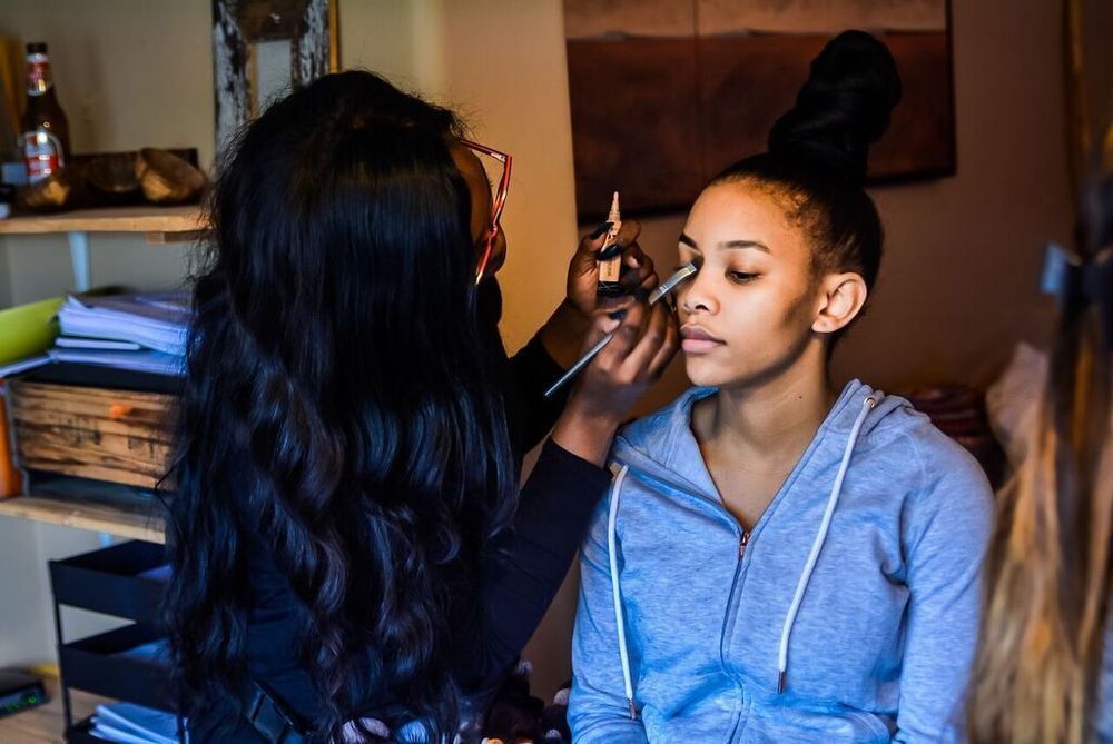 @azande_sjk doing my makeup