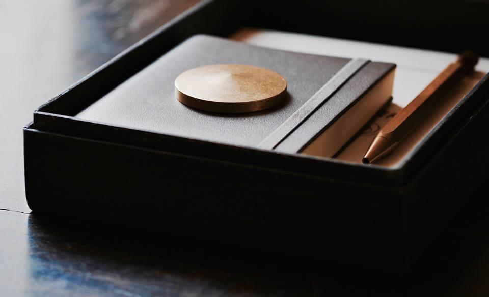 Ystudioのペン・ペーパーウェイトとハタノワタルの和紙のボックス