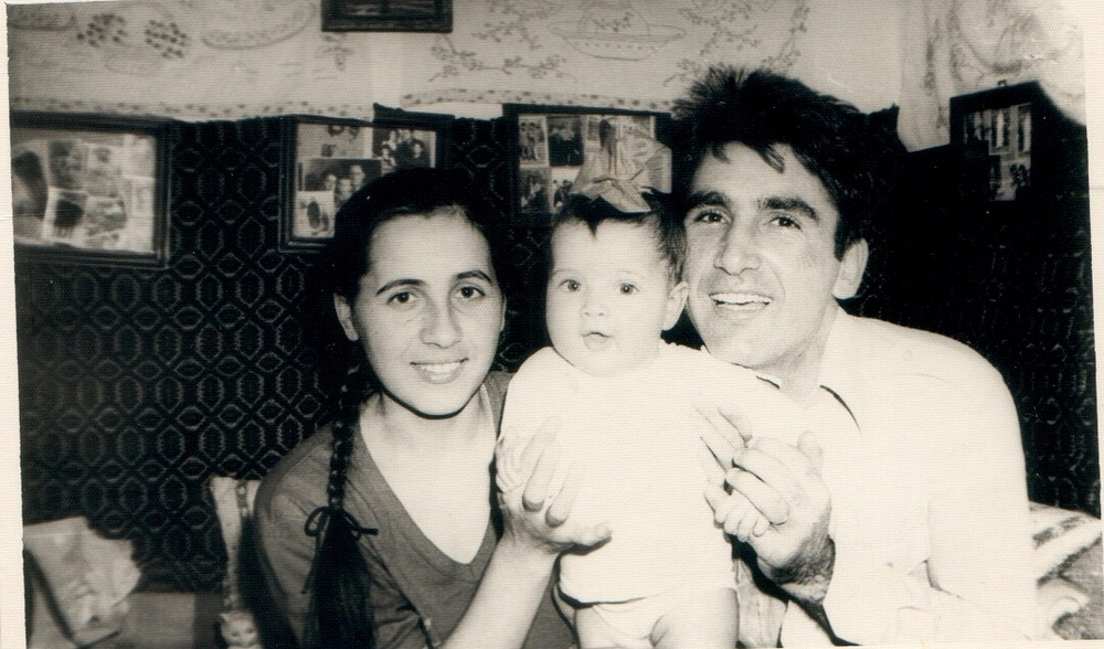 1 year old Iri with mom and dad