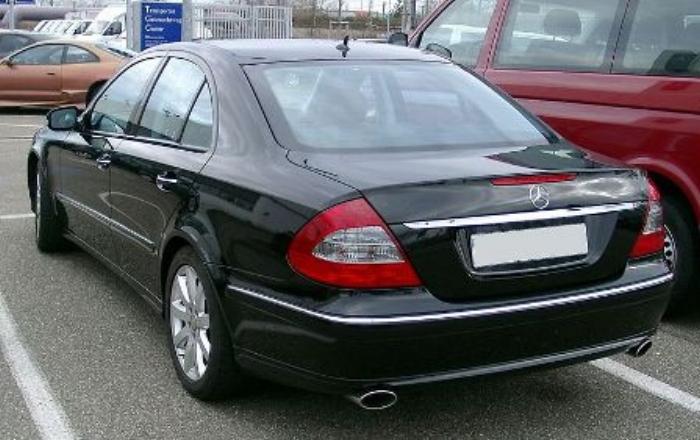 800px-Mercedes_W211_rear_20080127.jpg