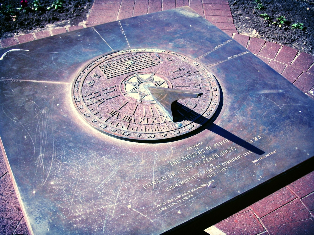 Sundial_in_Supreme_Court_Gardens,_Perth.jpg