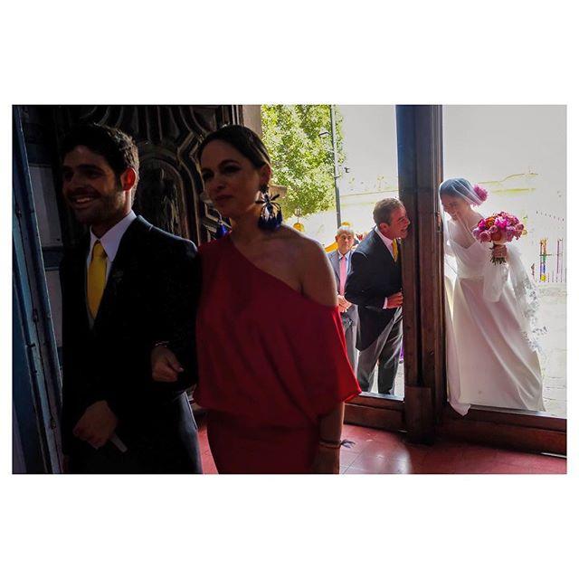 Such a cute peek-a-boo moment between @andreafalva & her pops before walking down the aisle #weddingphotojournalism#mexico🇲🇽 #penziweddings#bodadestino#mexicowedding#sanmigueldeallende#familylove