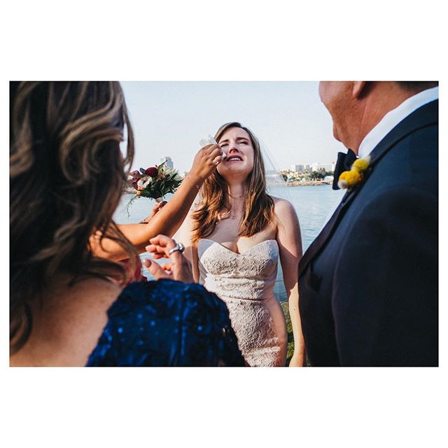 It was so amazing to see @huntmugica cry and laugh at the same time ♥️ #bridestory#weddingphotojournalism#storytelling#documentary#longbeach#bride#familylove#결혼#사랑