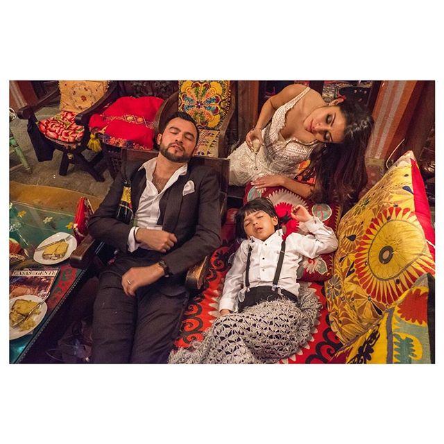 It's Friday night!🥂🍾 #casahyder#weddingphotojournalism#sanmigueldeallende#mexicowedding#bodadestino#penziweddings#DAwedding#partytime#fridaynight#weddingfun