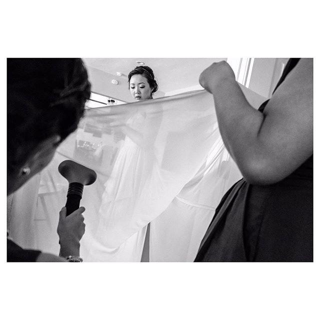 #keepitreal with Eujin & her gals ♥️ #weddingphotojournalism#bridestory#weddingdress#bridesmaids#bffgoals#moments#blackandwhite#bw_lover#bnw_demand#흑백#후지필름#감성#신부