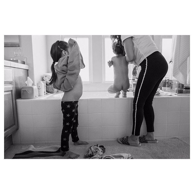 They LOVE bath time and can't wait to get in 🛁 👧🏻👧🏻 #familyphotojournalism #documentary #blackandwhite #familytime