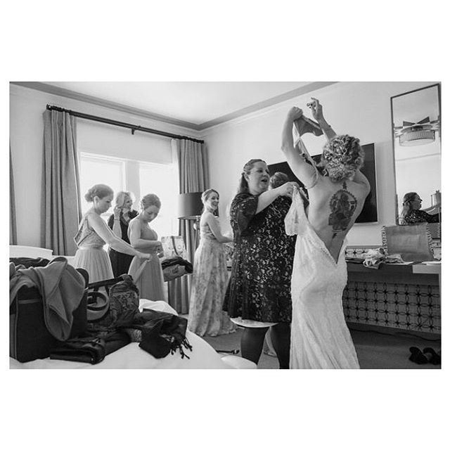 @nzeoli has an amazing back tattoo 🤩 #weddingphotojournalism #tattooedbride #vivelove #bridestory