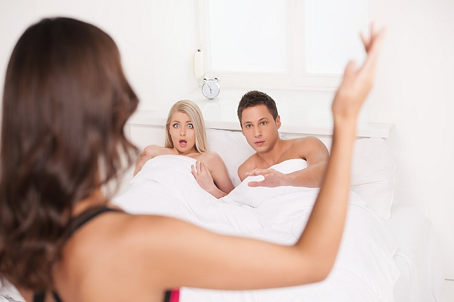 woman-catching-boyfriend-who-cheated-on-her.jpg