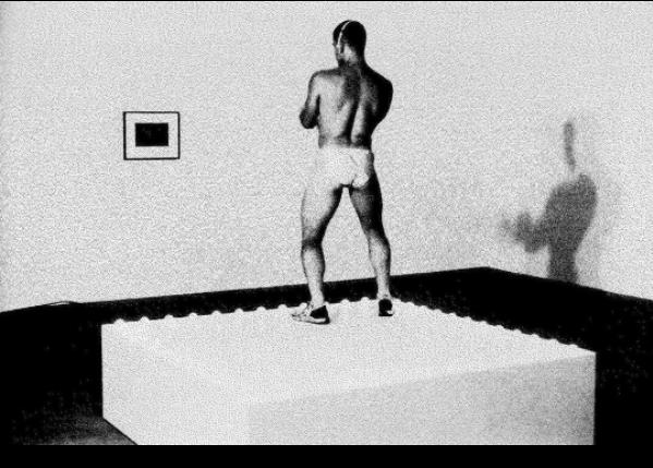 Le Présent de nos savoirs #6, #7 et #8 - 10 janvier, 1er février et 22 février Le cycle de l'atelier le Présent de nos savoirs qui prépare au prochain Editathon Art+Feminisms / Paris commence la 10 janvier avec Tarek Lakhrissi et Kvardek Du pour introduire la notion de désidentification élaborée par José Esteban Munoz, critique et historien de l'art spécialiste des queer de couleurs. Pour le deuxième atelier, tenu le 1er février, Rébecca Chaillon se concentre sur un aspect de la pratique artistique de la désidentification, à savoir le passage. Dans le cadre de l'ultime atelier le 22 février,l'artiste Paul Maheke nous accompagne dans un autre versant de la désidentification : la tactique de la méconnaissance. Photo : Go-Go Dancing Platform, Felix Gonzalez-Torres © Peter Muscato
